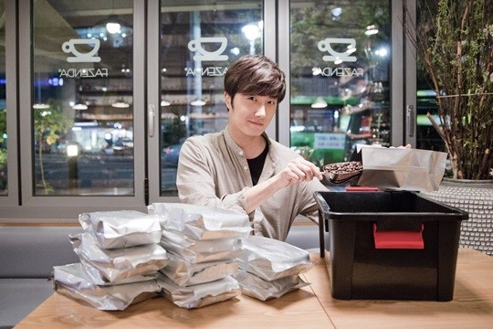2014 11 13 Jung Il-woo makes coffee when he gets sentimental.  Starcast 12.jpg
