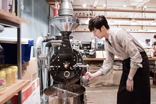 2014 11 13 Jung Il-woo makes coffee when he gets sentimental.  Starcast 3.jpg