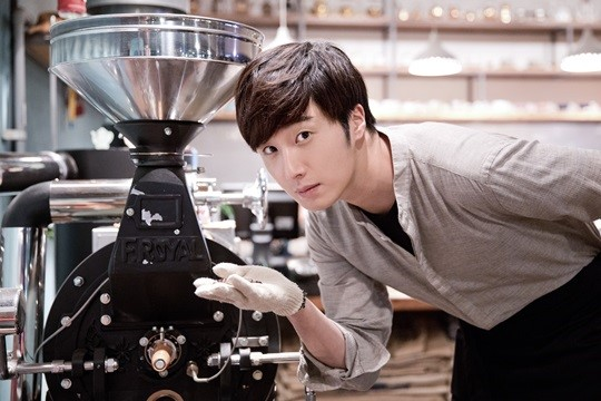 2014 11 13 Jung Il-woo makes coffee when he gets sentimental.  Starcast 5.jpg
