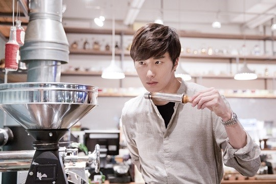 2014 11 13 Jung Il-woo makes coffee when he gets sentimental.  Starcast 8.jpg