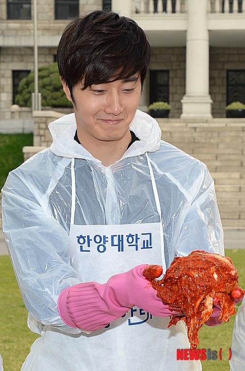 2014 11 Jung Il-woo making Kimchi at Hanyang University. 6