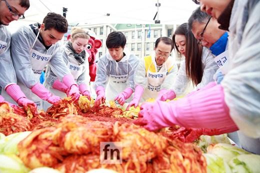 2014 11 Jung Il-woo making Kimchi at Hanyang University. 9