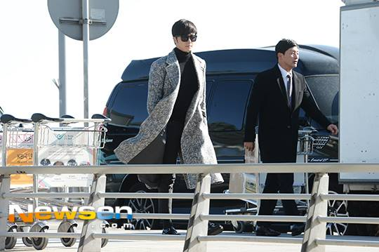 2014 12 2 Jung Il-woo at the airport via Normandy, France. 7