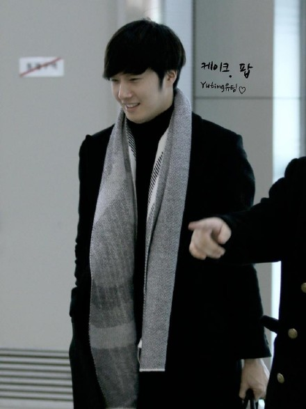2014 12 26 Jung Il Woo at the airport going to a Smilwoo Bowling Event in Japan. 3