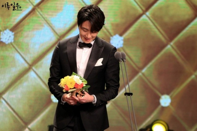 2014 12 30 Jung Il-woo at the 2014 MBC Awards Presenting Flowers 3