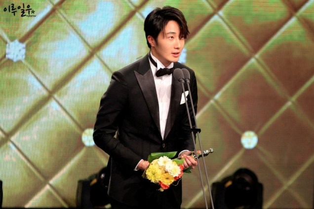 2014 12 30 Jung Il-woo at the 2014 MBC Awards Presenting Flowers 5