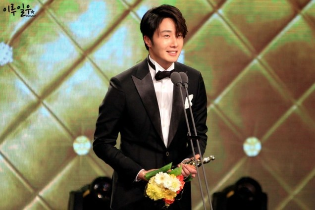 2014 12 30 Jung Il-woo at the 2014 MBC Awards Presenting Flowers 6