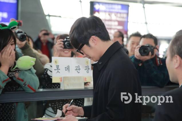 2015 1 JIW arrives to Taiwan's airport.  Fan love2.jpg