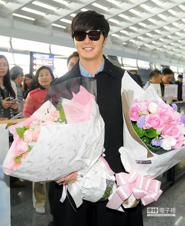 2015 1 JIW arrives to Taiwan's airport.  Fan love4.jpg