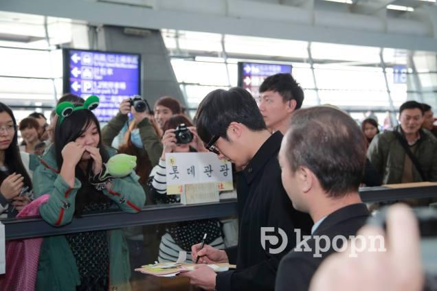 2015 1 JIW arrives to Taiwan's airport. Fan love7