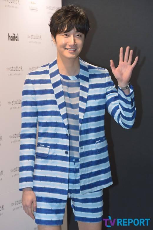 2015 3 21 Jung Il-woo at the Seoul Fashion Week wearing a Hong Hye-jin Design. 7