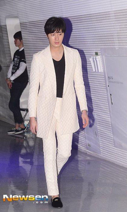 2015 3 21 Jung Il-woo at the Seoul Fashion Week wearing a Kim Sooron Design. 8