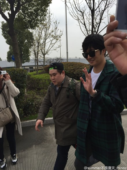 2015 3 Jung Il-woo at the airport in route to Star Chef filming in China B 1