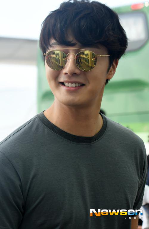 2015 3 Jung Il-woo at the airport in route to Star Chef filming in China C 12