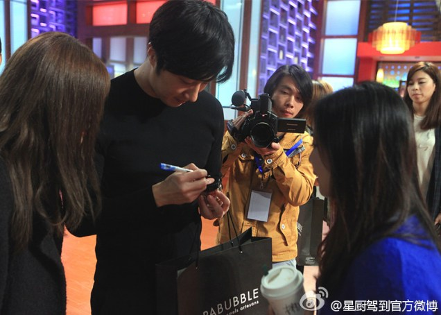 2015 3 Jung Il-woo handing out candy on White Day at Star Chef. 1