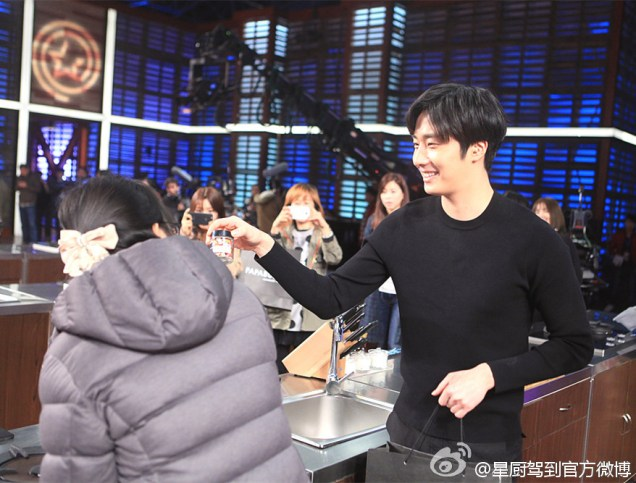 2015 3 Jung Il-woo handing out candy on White Day at Star Chef. 2