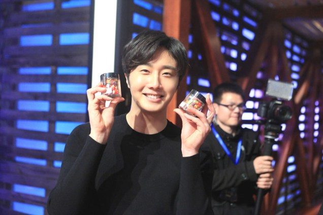 2015 3 Jung Il-woo handing out candy on White Day at Star Chef. 3