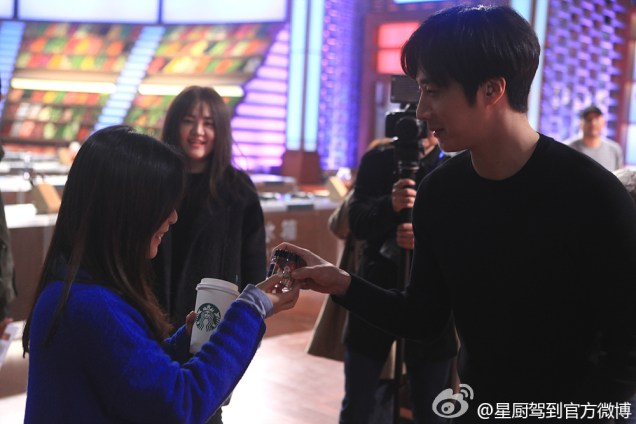 2015 3 Jung Il-woo handing out candy on White Day at Star Chef. 4