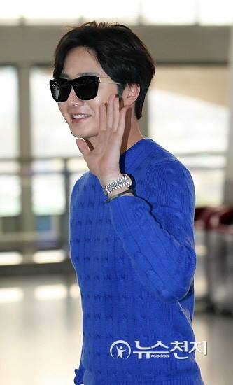 2015 5 Jung Il-woo at the airport in route to Jeju Island for Kwave Photo Shoot 9