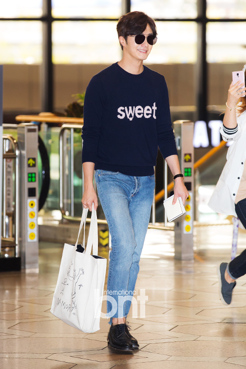 2015 09 12 Jung Il-woo at Gimpo Airport awaits manager for misplaced passport.14