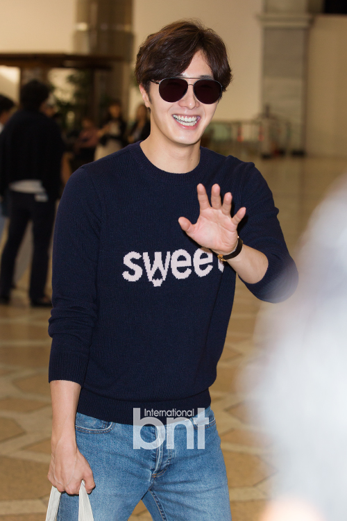 2015 09 12 Jung Il-woo at Gimpo Airport awaits manager for misplaced passport.2