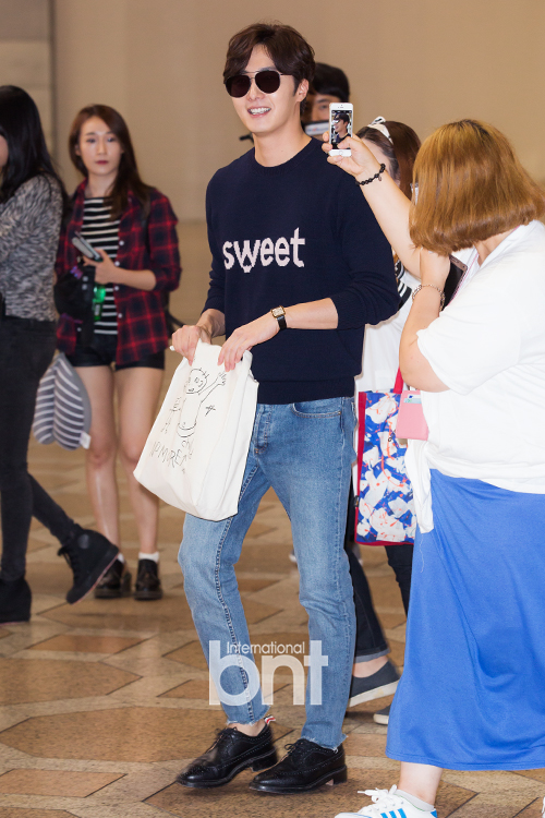 2015 09 12 Jung Il-woo at Gimpo Airport awaits manager for misplaced passport.4