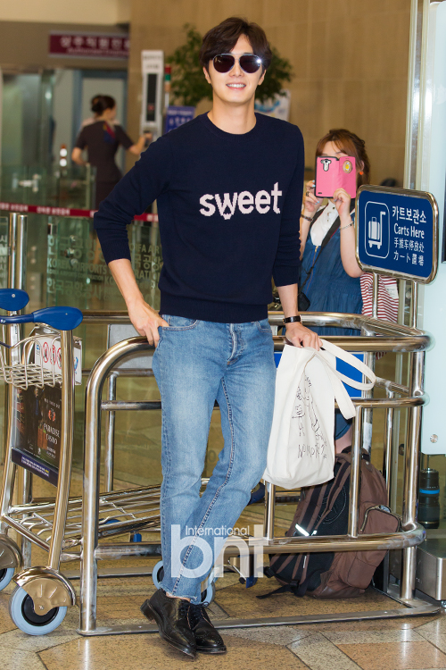 2015 09 12 Jung Il-woo at Gimpo Airport awaits manager for misplaced passport.8