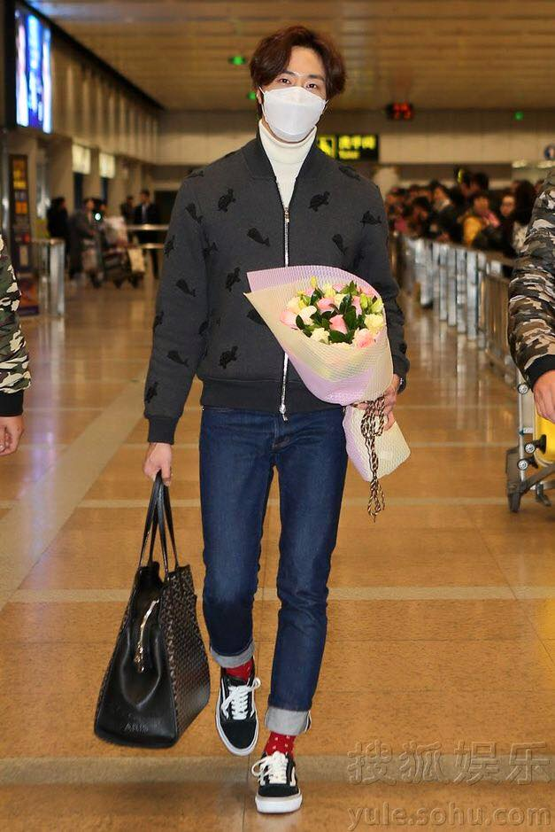 2015 12 3 Jung Il-woo going back home after High End Crush Event. Cr. On photo 2