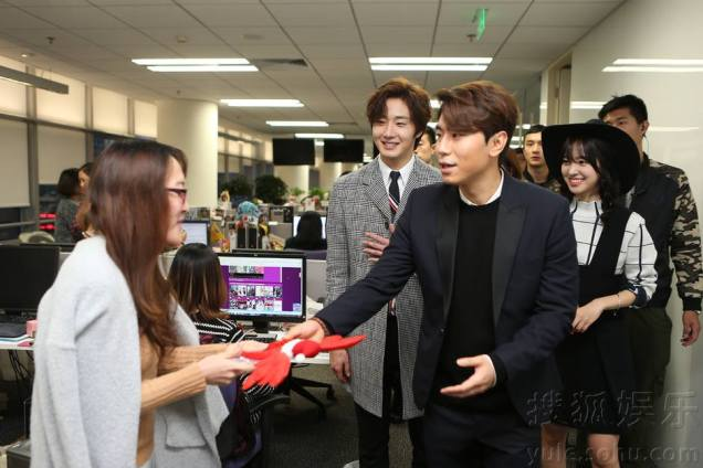 2015 12 4 Jung Il-woo and cast cheer the SOHU headquarters. Cr. SOHU TV and as posted. 4