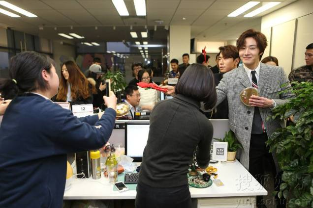 2015 12 4 Jung Il-woo and cast cheer the SOHU headquarters. Cr. SOHU TV and as posted. 5