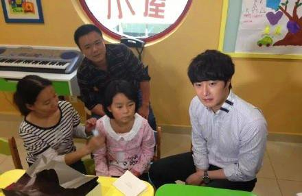 2015 6 5 Jung Il woo meet children at the Shanghai Hospital.6