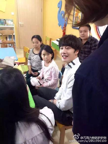 2015 6 5 Jung Il woo meet children at the Shanghai Hospital.8