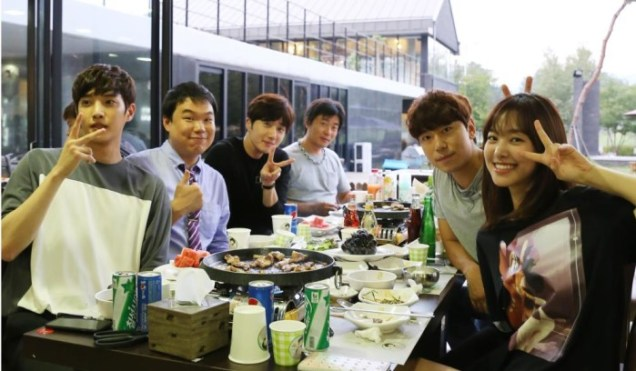 2015 8 23 Jung Il-woo delights in a meal hosted by his Baidu Chinese Fan Club. 6