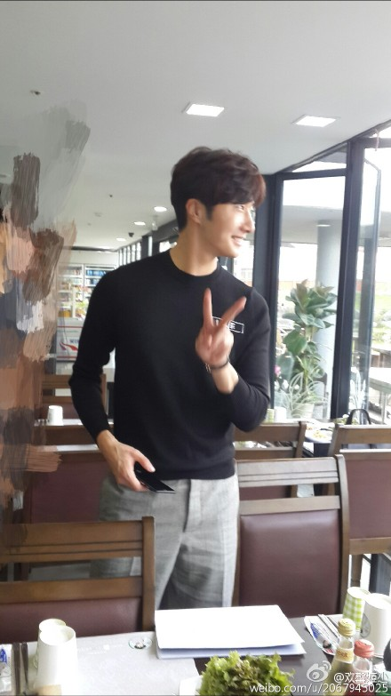 2015 8 23 Jung Il-woo delights in a meal hosted by his Baidu Chinese Fan Club. 8