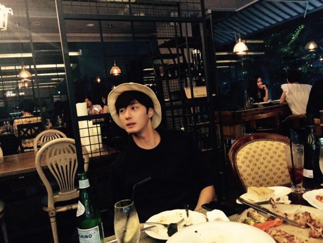 2015 8 25 Jung Il-woo Gallery photos eating with a hat. 1