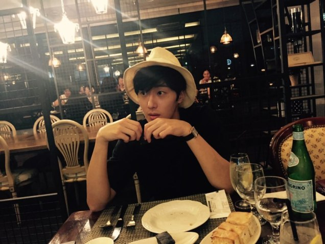 2015 8 25 Jung Il-woo Gallery photos eating with a hat. 13