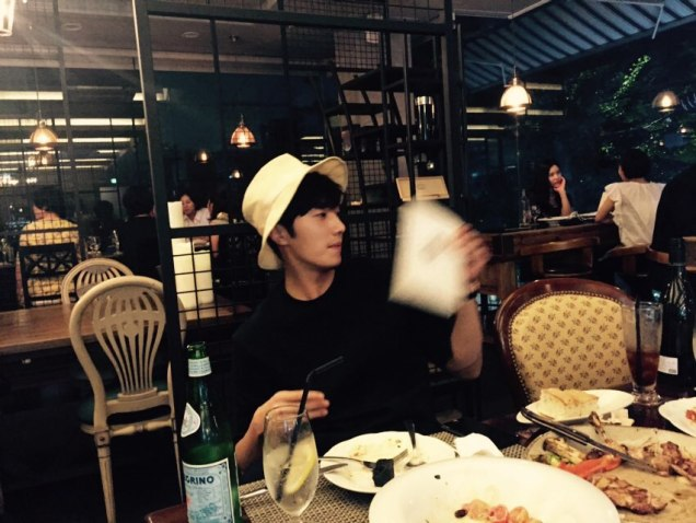 2015 8 25 Jung Il-woo Gallery photos eating with a hat. 5