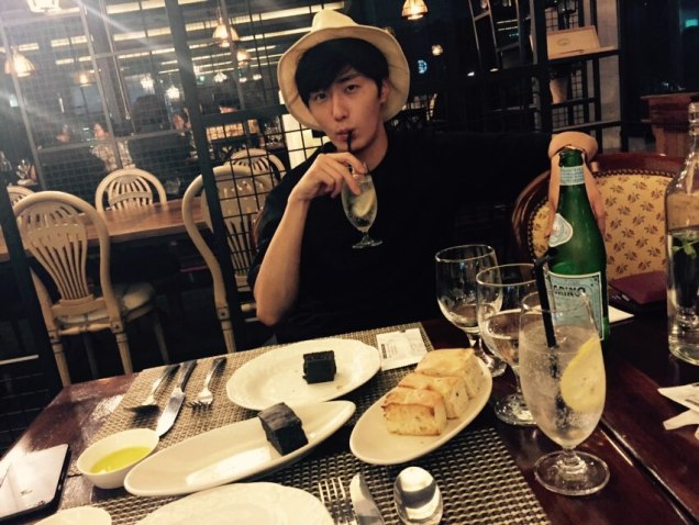 2015 8 25 Jung Il-woo Gallery photos eating with a hat. 8