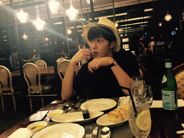 2015 8 25 Jung Il-woo Gallery photos eating with a hat. 9