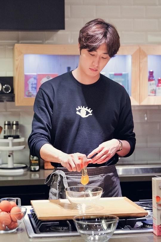2015 9 4 Jung Il-woo celebrates his birthday baking with fans. Cr. jungilwoo.com:Starcast 17.jpg