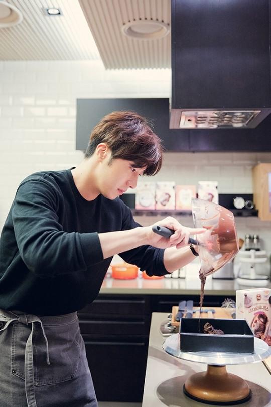 2015 9 4 Jung Il-woo celebrates his birthday baking with fans. Cr. jungilwoo.com:Starcast 21.jpg