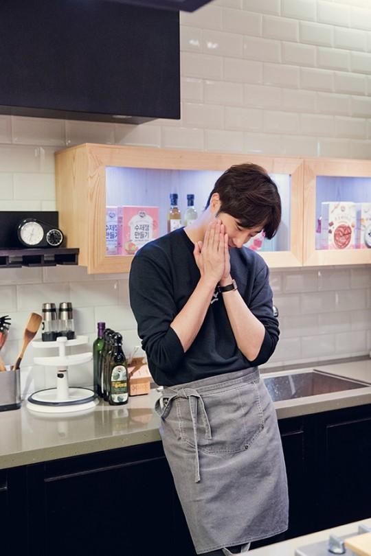 2015 9 4 Jung Il-woo celebrates his birthday baking with fans. Cr. jungilwoo.com:Starcast 6.jpg