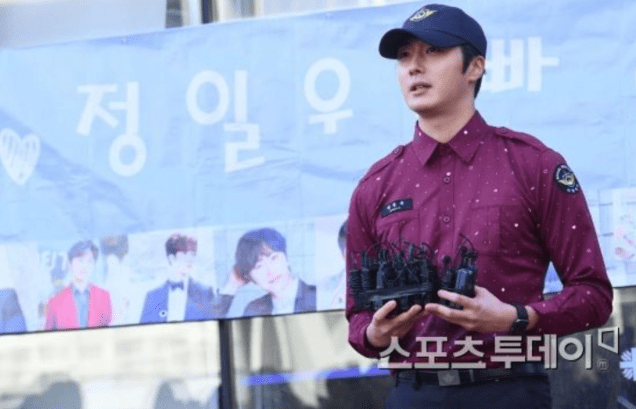 2018 11 30 Jung Il-woo on his military discharge day. 15