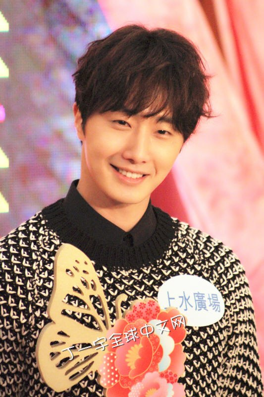 2016 1 23 jung il-woo in hong kong fan meeting extras holding things 3