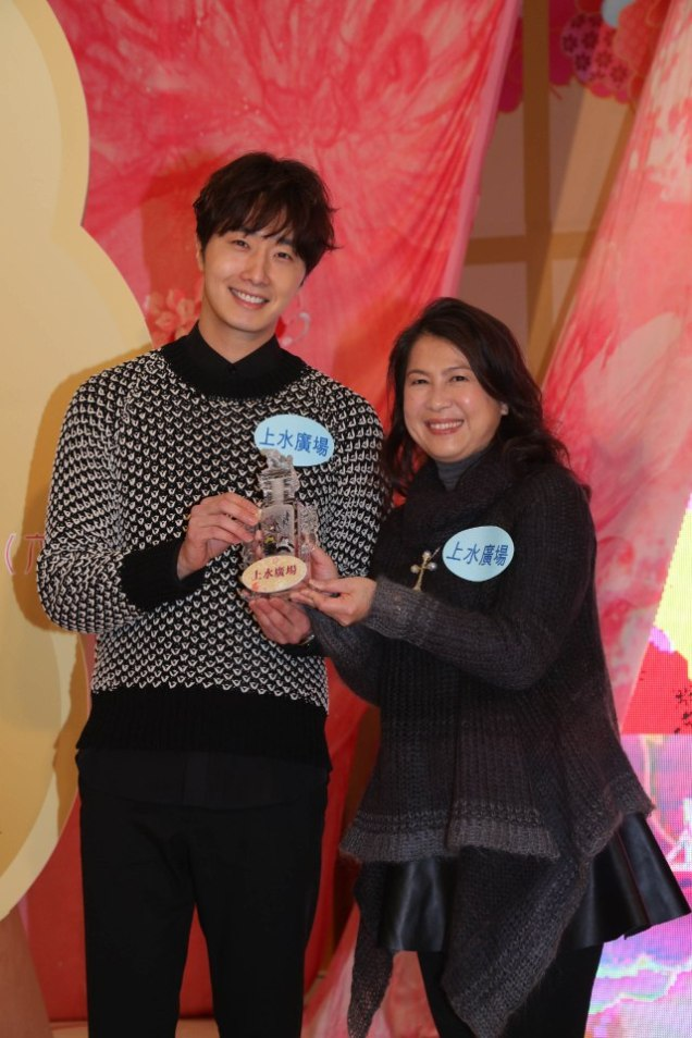 2016 1 23 jung il-woo in hong kong fan meeting extras holding things 5