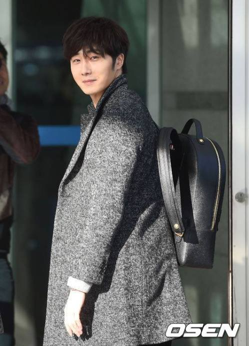 2016 1 9 jung il-woo in the airport going to shanghai for the smile cup part 1 3