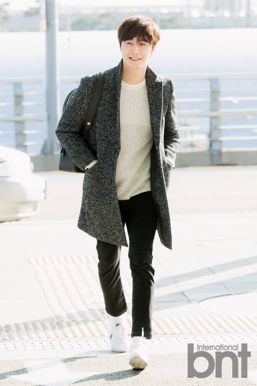 2016 1 9 jung il-woo in the airport going to shanghai for the smile cup part 2 11