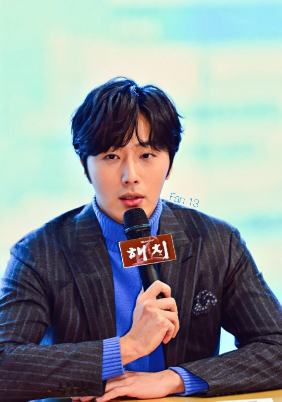 2019 1 21 Jung Il-woo at the SBS Press Conference for Haechi. Cr. SBS Edited by Fan 13 2.JPG