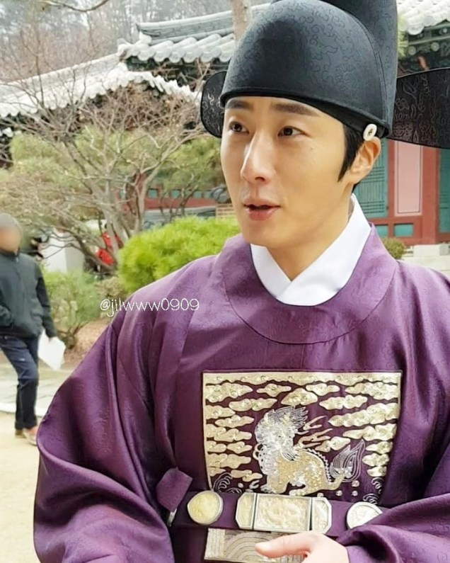 2019 1 Jung Il-woo Fan videos visiting him in the set of Haechi. Cr. jiwww0909 1