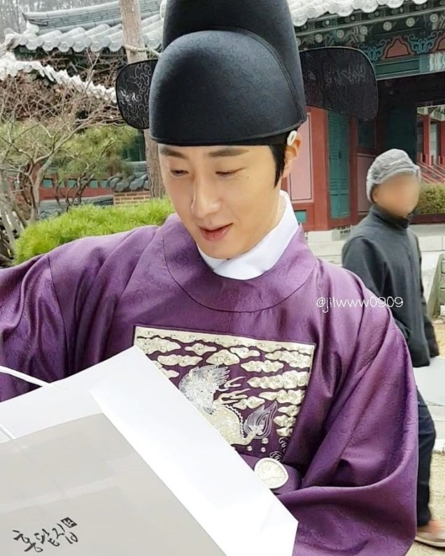 2019 1 Jung Il-woo Fan videos visiting him in the set of Haechi. Cr. jiwww0909 2